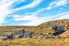 Покинутая шахта около красной ложи, Монтаны Стоковые Изображения RF