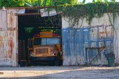 покинутая школа шины Стоковая Фотография