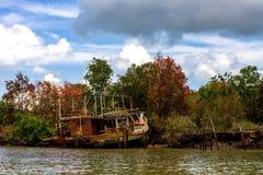 покинутая шлюпка деревянная Стоковые Фото