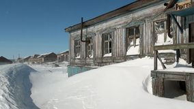 Покинутое город-привидение дома Gudym Anadyr-1 Chukotka далеко к северу от России видеоматериал