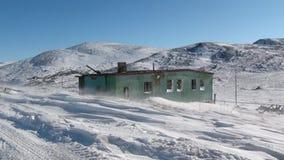 Покинутое город-привидение дома Gudym Anadyr-1 Chukotka далеко к северу от России сток-видео