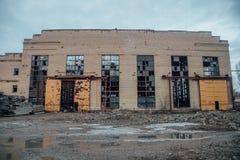 Покинутое загубленное подрывание промышленного здания ждать Стоковая Фотография RF