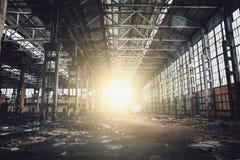 Покинутое загубленное промышленное здание, руины и подрывание фабрики Стоковое Изображение