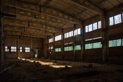 Покинутое загубленное промышленное здание фабрики, взгляд коридора с перспективой, руины и концепция подрыванием Стоковая Фотография
