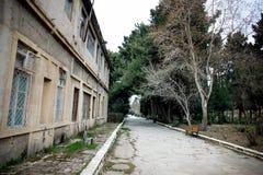 Покинутое здание дома в деревне в саде Баку ботаническом Никто в парке с деревьями Весеннее время стоковая фотография rf