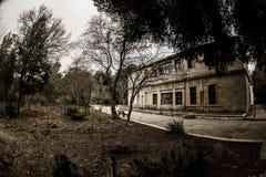 Покинутое здание дома в деревне в саде Баку ботаническом Никто в парке с деревьями Весеннее время стоковые изображения