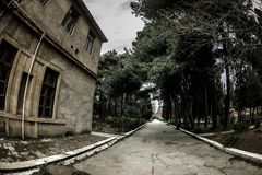 Покинутое здание дома в деревне в саде Баку ботаническом Никто в парке с деревьями Весеннее время стоковое изображение