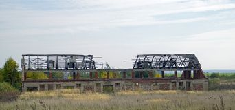 покинутое здание Разрушенное промышленное здание Осень октябрь день солнечный стоковые фотографии rf