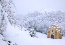 Покинутое здание в снежном лесе Стоковые Изображения