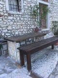 Покинутое здание и каменный стол для пикника Стоковые Изображения