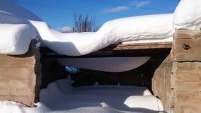 Покинутое здание под толстым слоем снега в дневном свете Стоковая Фотография RF