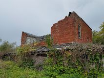 Покинутое кирпичное здание в поле Стоковое фото RF