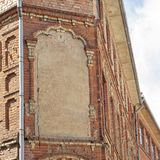Покинутое кирпичное здание треснутое grunge красное стоковые фотографии rf