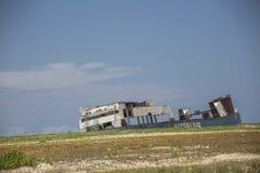 Покинутое кладбище корабля на океане Стоковая Фотография