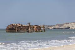 Покинутое кладбище корабля на океане Стоковые Изображения