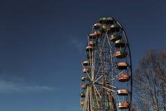 Покинутое колесо ferris против голубого неба Стоковые Фото