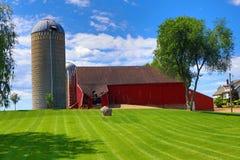 Покинутое место фермы - красный обрушенный амбар, Стоковые Фото