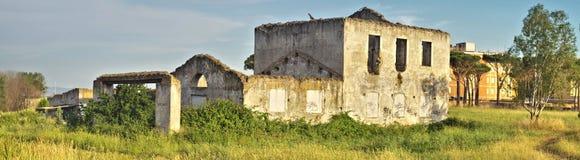 Покинутое старое здание в стране Стоковые Фотографии RF