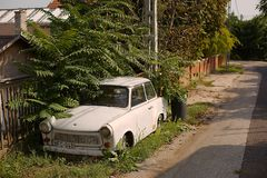 Покинутое Trabant в улице Стоковая Фотография