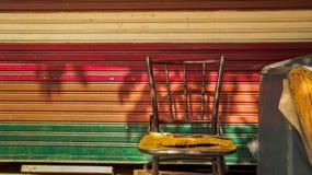 Покинутые винтажные стул металла и софа кресла с красочным креном стоковые фотографии rf