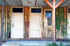 покинутые двери расквартировывают старое деревянное Стоковая Фотография RF