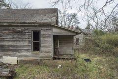 Покинутые железнодорожные дом и крылечко стоковые изображения rf