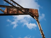 Покинутые, заржаветые, промышленные кран с поднимающейся укосиной/ворот в вышедшем из употребления доке стоковое фото