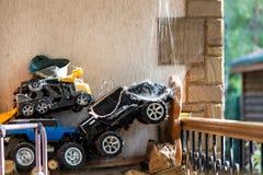 Покинутые и забытые старые игрушки предусматриванные при сеть паука, который хранят на задворк Вырастите вверх ребенка Концепция  стоковая фотография