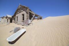 Покинутые дома в Kolmanskop, Намибии Стоковое Изображение