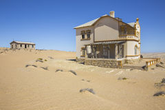Покинутые дома в Kolmanskop, Намибии Стоковая Фотография RF