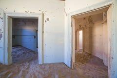 Покинутые дома в Kolmanskop, Намибии Стоковая Фотография