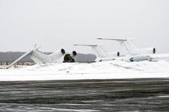 Покинутые разрушенные старые воздушные судн в месте захоронения отходов на авиапорте в зиме Стоковая Фотография RF