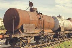 Покинутые ржавые железнодорожные контейнеры стоковая фотография