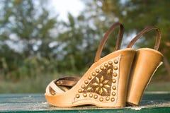 покинутые сандалии пар Стоковая Фотография