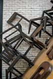 Покинутые сломанные деревянные стул и стол в складском помещении пропускание стоковые изображения rf