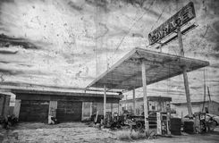 Покинутые старые бензоколонка и гараж трассы 66 Стоковые Фотографии RF