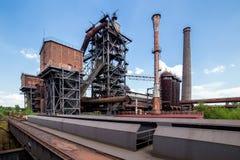 Покинутые старые здания индустрии на Landschaftspark Duisbur Стоковые Изображения