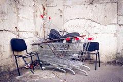 Покинутые стулья и тележки Стоковые Изображения