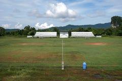 Покинутые футбольный стадион и поле с никто стоковые фото