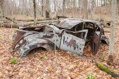 Покинутый автомобиль в лесе Стоковая Фотография RF