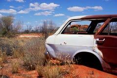 Покинутый автомобиль, засушливая пустыня, старая геология стоковые фото