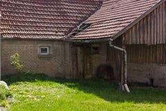 покинутый амбар на саде коттеджа в сельской сельской местности юга Стоковые Фотографии RF