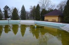 Покинутый бассейн спы осенью Стоковые Фото