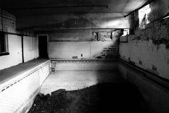 Покинутый бассейн средней школы Стоковые Фотографии RF