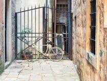 Покинутый велосипед на районе Стоковые Изображения