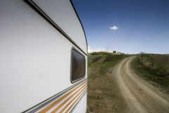 Покинутый винтажный передвижной трейлер Стоковое Фото