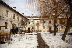 Покинутый двор в зиме стоковое фото rf