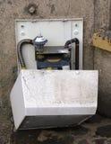 Покинутый газовый счетчик на стене Стоковая Фотография