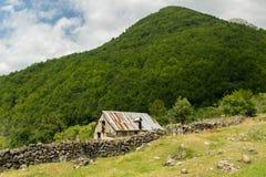Покинутый дом в малом горном селе, концепция - иммиграция, поиск на лучшая жизнь в больших городах стоковое фото rf