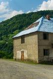 Покинутый дом в малом горном селе, концепция - иммиграция, поиск на лучшая жизнь в больших городах стоковое изображение rf